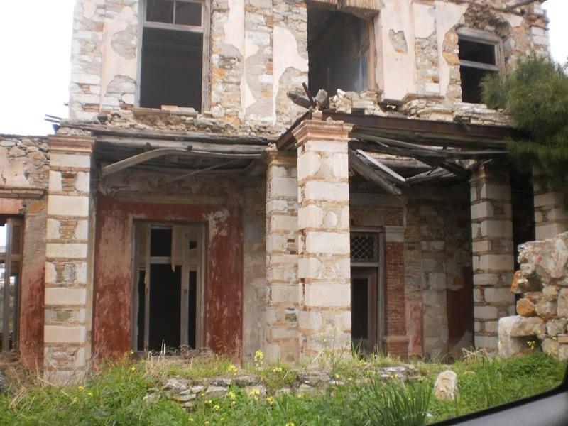 Το Κοκκινόσπιτο της Σύρου, η αιματοβαμμένη οικογένεια, η κατάρα και η  Μεγάλη Χίμαιρα του Καραγάτση / Life / Woman TOC